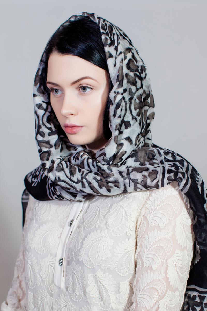 ПалантинYY-11730-39Стильный палантин Sophie Ramage изготовлен из модала и шелка. Изделие оформлено оригинальным принтом.