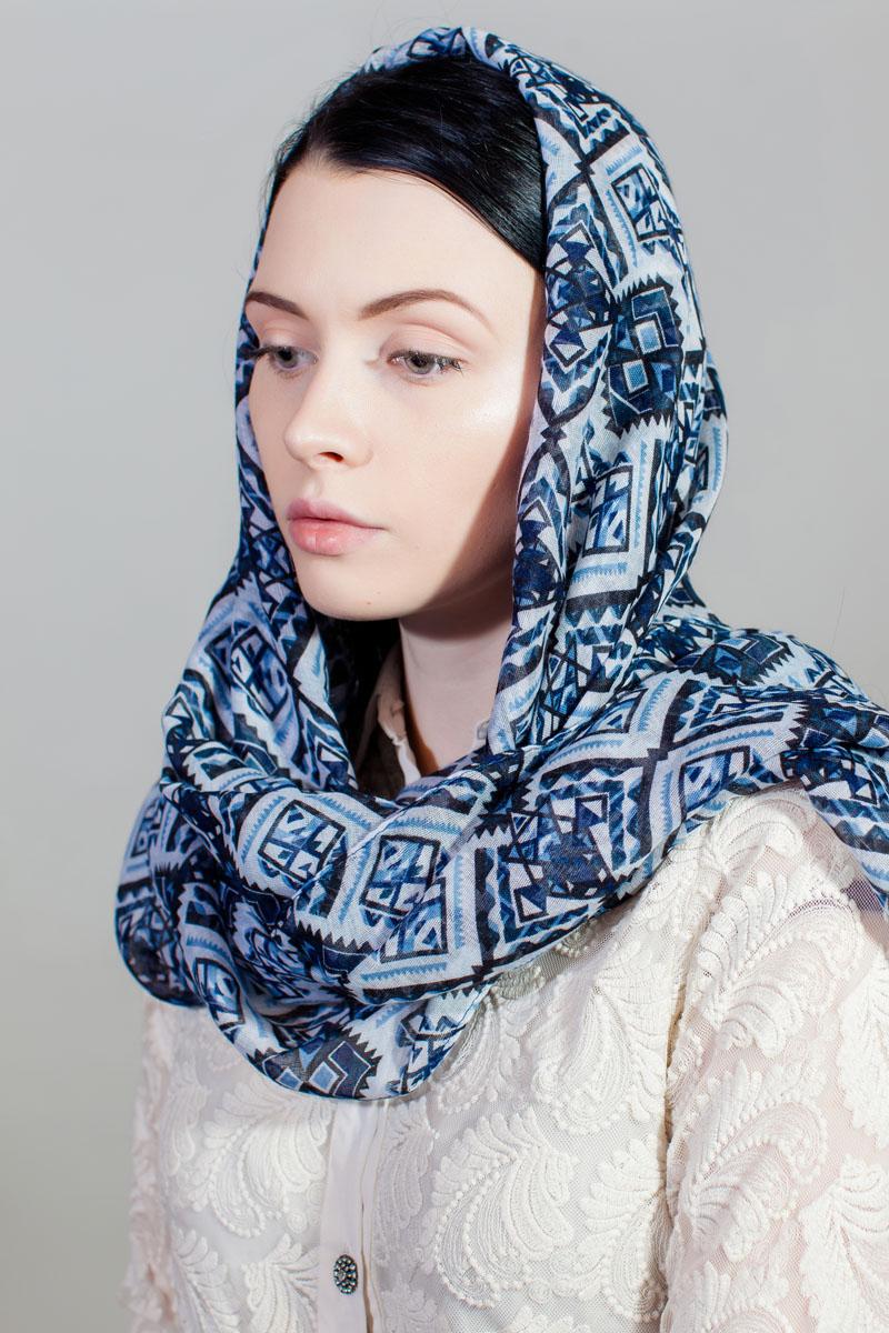 ПалантинYY-11730-44Стильный палантин Sophie Ramage изготовлен из модала и шелка. Изделие оформлено оригинальным принтом.