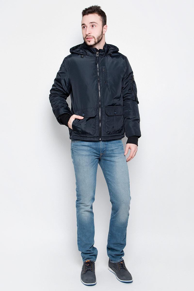 КурткаB537004_Deep Navy CheckedУдобная мужская куртка Baon выполнена из качественного прочного материала. Подкладка и утеплитель изготовлены из полиэстера. Модель с несъемным капюшоном и длинными рукавами застегивается на застежку-молнию с внутренней защитной планкой. Капюшон регулируется в объеме с помощью резинки на стопперах. Рукава имеют широкие эластичные резинки. Спереди куртка оформлена двумя накладными карманами с клапанами на пуговицах и одним втачным на кнопках, а внутренняя сторона имеет один накладной карман на пуговице. Рукав куртки дополнен фирменной нашивкой с названием бренда и оригинальными накладными кармашками.