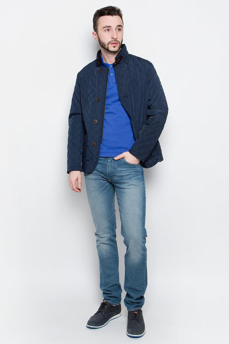 КурткаB537023_Deep NavyУдобная мужская куртка Baon выполнена из качественного водоотталкивающего и ветрозащитного материала, который защитит вас от дождя и ветра. Подкладка и утеплитель изготовлены из полиэстера. Модель с воротником-стойка и длинными рукавами застегивается на застежку-молнию с внешней защитной планкой на пуговицах. Воротник дополнительно застегивается на хлястик с пряжкой. Спереди куртка оформлена двумя накладными карманами с клапанами на кнопках, а внутренняя сторона имеет два втачных кармана на пуговицах. Изделие украшено стеганным узором и по спинке оформлено шлицей на кнопке.
