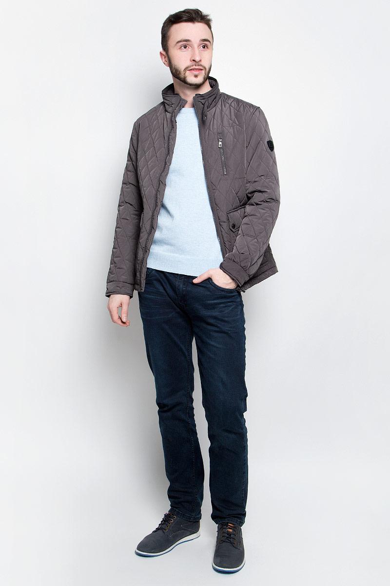КурткаB537017_RockУдобная мужская куртка Baon выполнена из качественного водоотталкивающего и ветрозащитного материала, который защитит вас от дождя и ветра. Подкладка и утеплитель изготовлены из полиэстера. Модель с воротником-стойка и длинными рукавами застегивается на застежку-молнию с внутренней защитной планкой. Воротник и манжеты на рукавах дополнительно застегиваются на хлястики с кнопками. Спереди куртка оформлена двумя накладными карманами на кнопках и одним втачным кармашком на молнии, а внутренняя сторона имеет один накладной карман на пуговице и втачной на молнии. Изделие украшено стеганным узором и фирменной нашивкой с названием бренда.