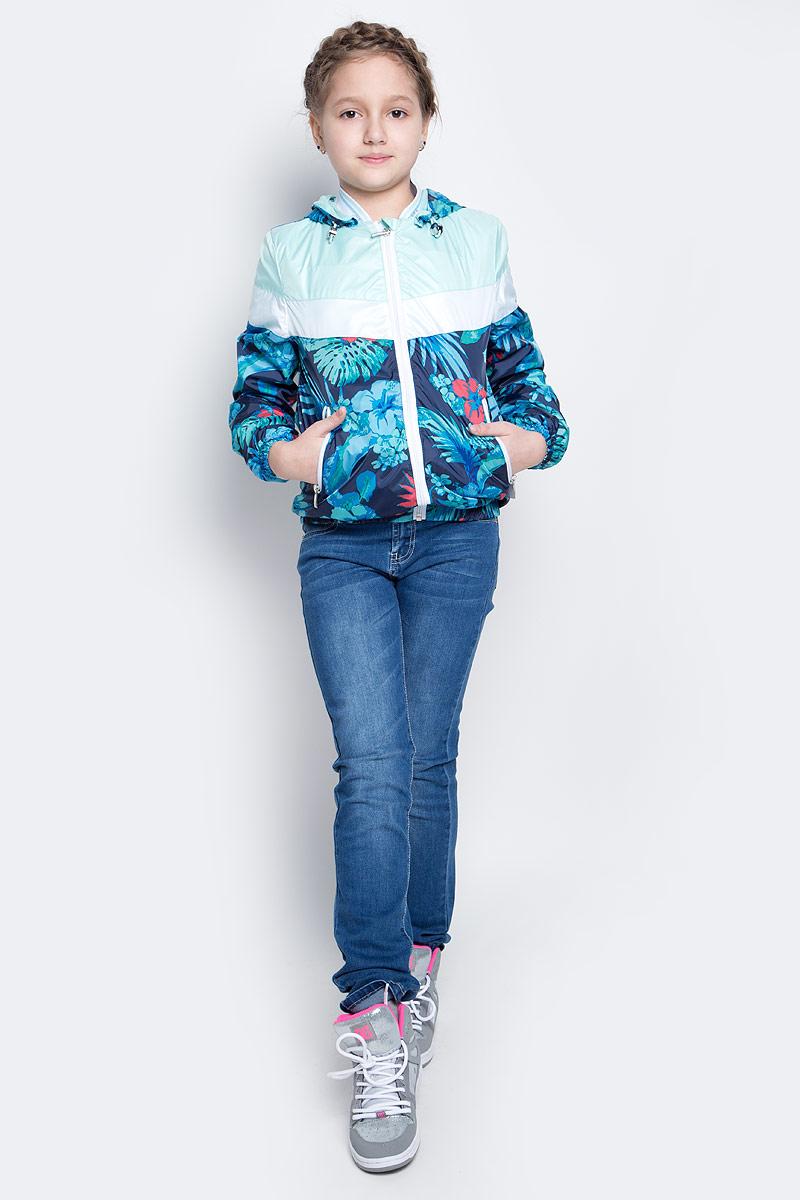 Куртка70001_BOG_вар.1Лёгкая куртка для девочки Boom! изготовлена из водонепроницаемого полиэстера. Куртка с тропическим принтом застегивается на пластиковую застежку-молнию. У модели предусмотрены два врезных кармана на молниях. Капюшон съемный, пристегивается на пуговицы. Капюшон оснащен резинкой-утяжкой со стопперами. Манжеты рукавов и низ куртки дополнены вшитыми резинками.