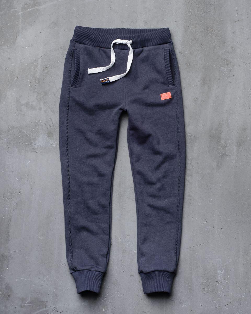 Брюки спортивные15B00010702/LABEL_ORANGEСпортивные брюки Modniy Juk изготовлены из высококачественной мягкой ткани. Модель полуприлегающего силуэта заужена к низу. Комфортный мягкий пояс и манжеты из трикотажной резинки. Брюки дополнены боковыми карманами. Яркая вышивка в стиле Modniy Juk.
