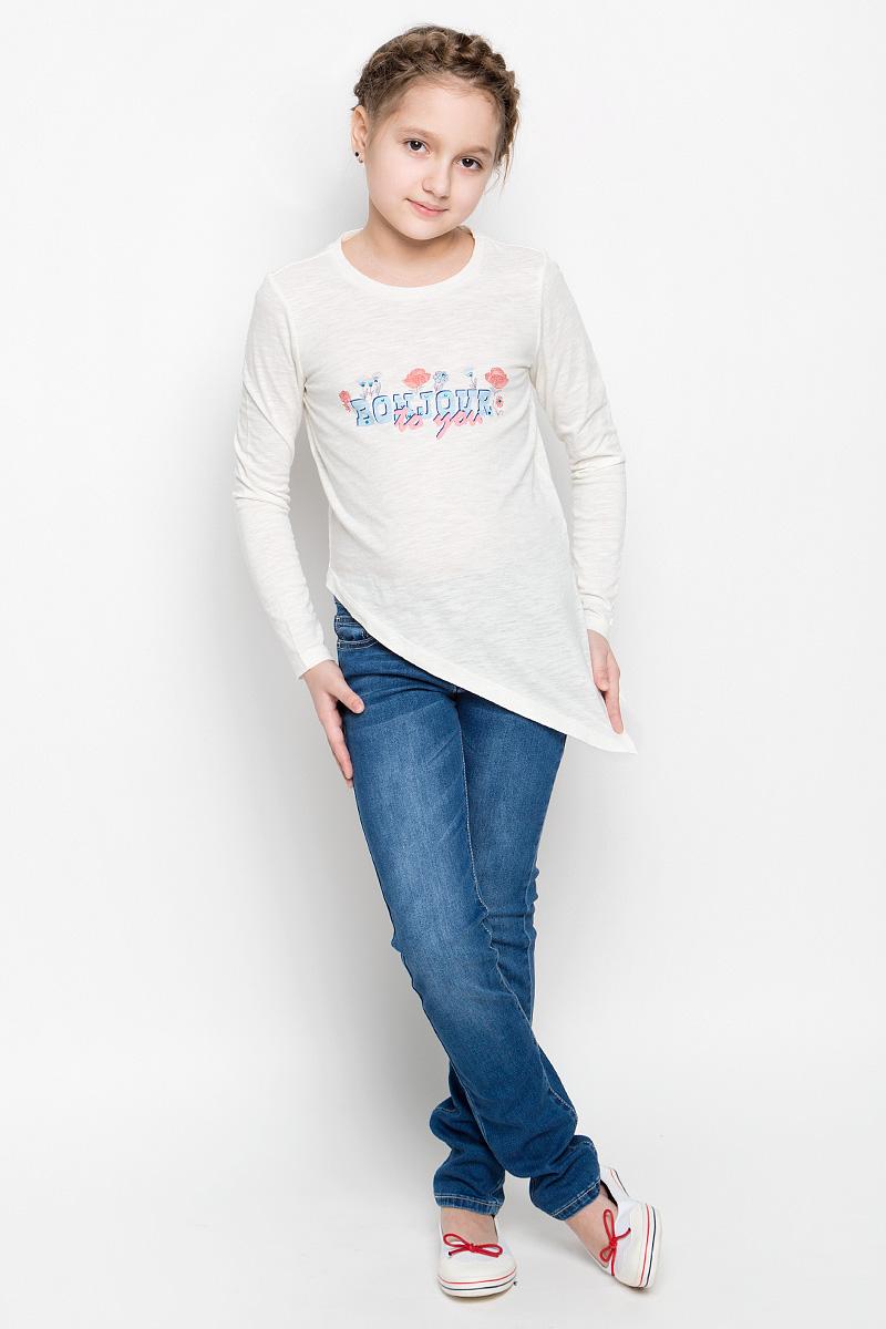 ЛонгсливT-611/624-7151Лонгслив для девочки Sela с круглым вырезом горловины и длинными рукавами изготовлен из натурального хлопка. Модель оформлена интересным принтом с надписью и декорацией из страз. Лонгслив оригинального кроя по низу имеет треугольную форму, а также дополнен небольшим разрезом в боковом шве.