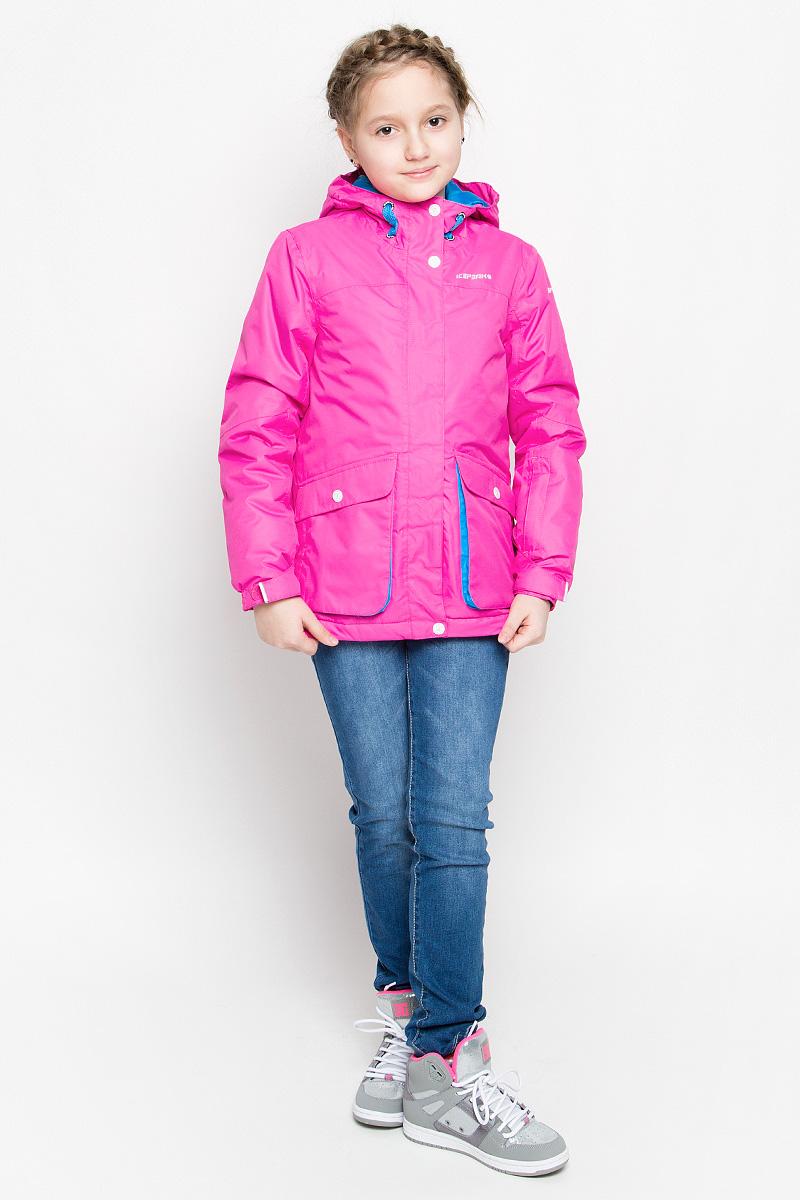 650026564IV_888Модная куртка Icepeak Hanna выполнена из водонепроницаемой и дышащей ткани - высококачественного полиэстера. В качестве наполнителя используется инновационный утеплитель FinnWad, который надежно сохраняет тепло, обеспечивает циркуляцию воздуха и не задерживает влагу. Куртка с несъемным капюшоном застегивается на застежку-молнию и дополнительно на ветрозащитный клапан с кнопками и липучками. Спереди капюшон присборен на резинку, сзади регулируется с помощью хлястика с липучкой. Изделие спереди дополнено двумя накладными карманами на застежках-молниях, оформленными декоративными клапанами с кнопками, на рукаве - втачным карманом на застежке-молнии, с внутренней стороны - накладным сетчатым карманом, прорезным карманом на застежке-молнии и отверстием на наушников. Манжеты рукавов оснащены фиксирующими хлястиками на липучках, с внутренней стороны - эластичными напульсниками с отверстиями для пальцев, которые защитят от проникновения ветра и снега. С ...