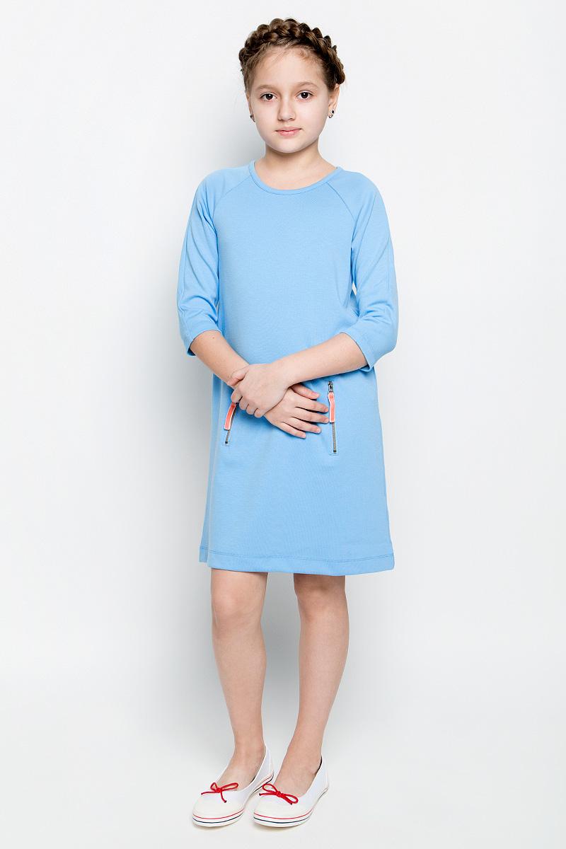 ПлатьеDK-617/431-7151Платье для девочки Sela выполнено из вискозы с добавлением полиэстера и эластана. Модель средней длины с рукавами-реглан длиной 3/4 имеет круглый вырез горловины. Платье застегивается на застежку-молнию на спинке, спереди дополнено втачным карманом-кенгуру на двух застежках-молниях.