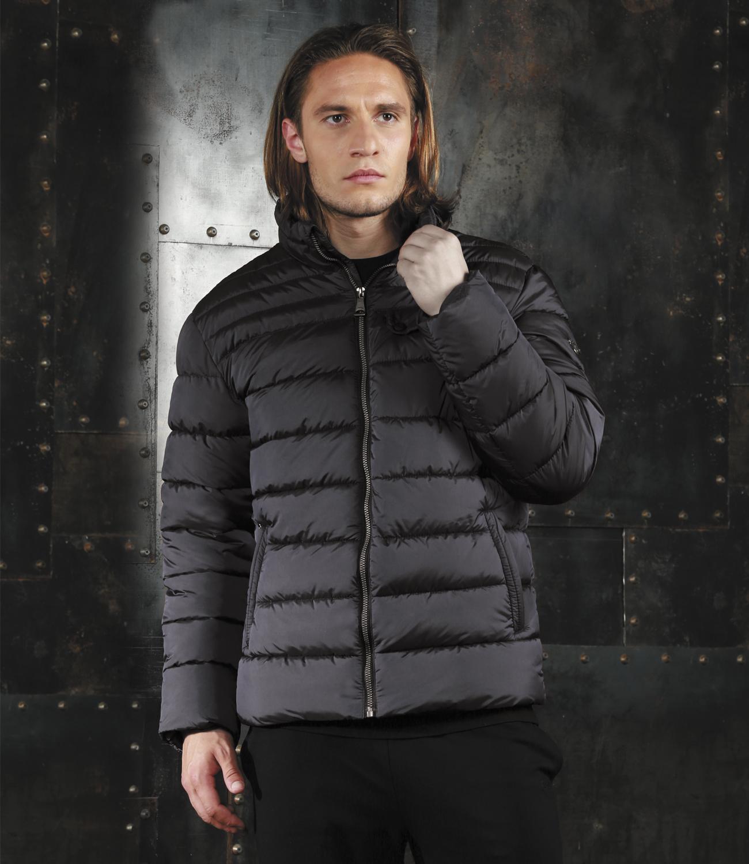КурткаAL-2971Модная универсальная куртка Grishko с застежкой на молнию и стильным воротником-стойкой, дополнительно защищающим от непогоды, - незаменимая модель в холодную осеннюю погоду. Куртка дополнена прорезным карманом с клапаном на кнопках на груди, двумя боковыми втачными карманами на молнии и внутренним карманом. Утеплитель - 100% микрофайбер - это утеплитель нового поколения, который отличается повышенной теплоизоляцией, антибактериальными свойствами, долговечностью в использовании и необычайно легок в носке и уходе.