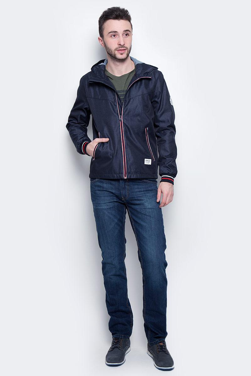 Куртка3533230.00.12_6576Стильная мужская куртка Tom Tailor Denim выполнена из 100% полиэстера. Подкладка изготовлена из гладкого полиэстера, внутри капюшона - 100% хлопок. Модель с длинными рукавами и воротником-стойкой с капюшоном застегивается на застежку-молнию. Спереди расположены два прорезных кармана на молнии, внутри - потайной прорезной карман на кнопке. Манжеты рукавов снабжены эластичными резинками. Модель дополнена круглой нашивкой на рукаве.