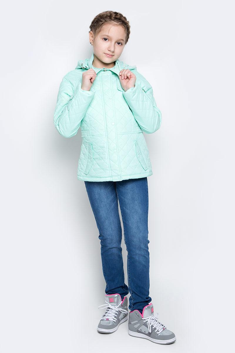 КурткаCpQ-626/302-7111Стильная куртка для девочки Sela отлично подойдет для прохладной весенней погоды. Верх куртки выполнен из стеганого нейлона. Подкладка на спинке и груди изготовлена из полиэстера с добавлением хлопка, в рукавах - гладкий полиэстер для легкости одевания. Утеплитель выполнен из полиэстера. Модель застегивается на застежку-молнию, ветрозащитная планка закрывается на кнопки. Модель имеет длинные рукава реглан, отложной воротник и отстегивающийся капюшон с утяжкой по краю. По низу куртки также предусмотрена утяжка для плотного прилегания. На поясе имеются регулируемые хлястики. С лицевой стороны модель дополнена двумя прорезными карманами с клапаном на кнопке.