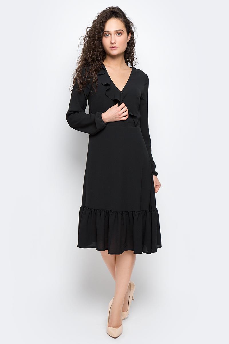 Платье5019711.00.75_2999Стильное платье Tom Tailor Contemporary выполнено из качественного полиэстера с добавлением эластана. Модель-миди с V-образным вырезом горловины и длинными рукавами застегивается на потайную молнию по боковому шву. Манжеты на рукавах дополнены эластичными тонкими резинками, воротник оснащен потайной кнопочкой. Низ платья и перед оформлены оригинальной оборкой со складками.