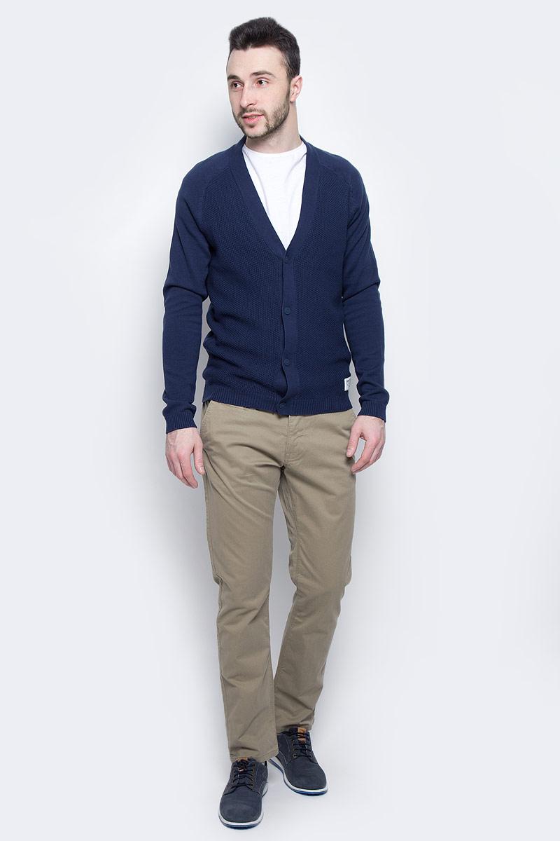 Брюки6404787.09.10_6911Модные мужские брюки Tom Tailor выполнены из высококачественного хлопка с добавлением эластана. Брюки прямой модели имеют стандартную талию. Застегиваются на пуговицу в поясе и ширинку на молнии. Имеются шлевки для ремня. Спереди расположены два боковых прорезных кармана и один небольшой прорезной кармашек, а сзади - два прорезных кармана на пуговице. Модель дополнена ремешком.