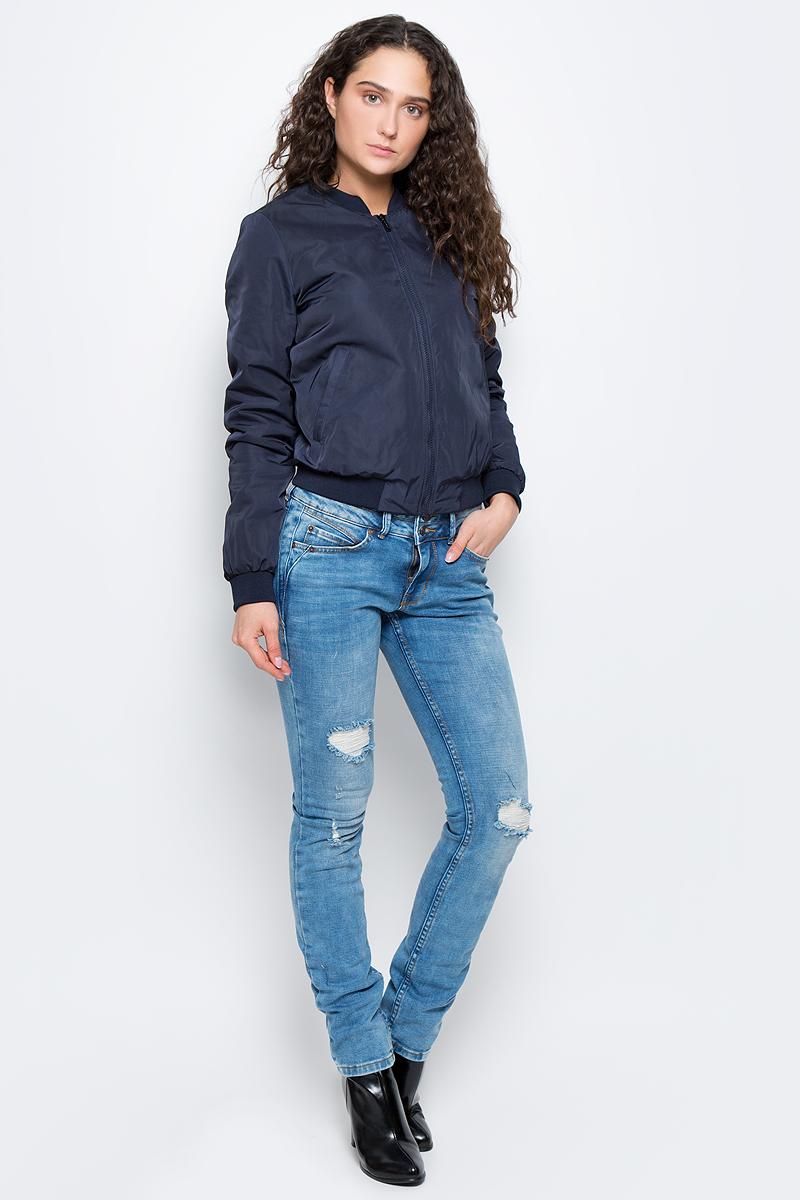 3533299.00.75_6968Женская куртка Tom Tailor Contemporary изготовлена из полиэстера. Модель с длинными рукавами застегивается спереди на молнию. Куртка с тонкой подкладкой дополнена двумя врезными карманами. Манжеты рукавов, низ куртки и воротник дополнены широкими эластичными резинками.