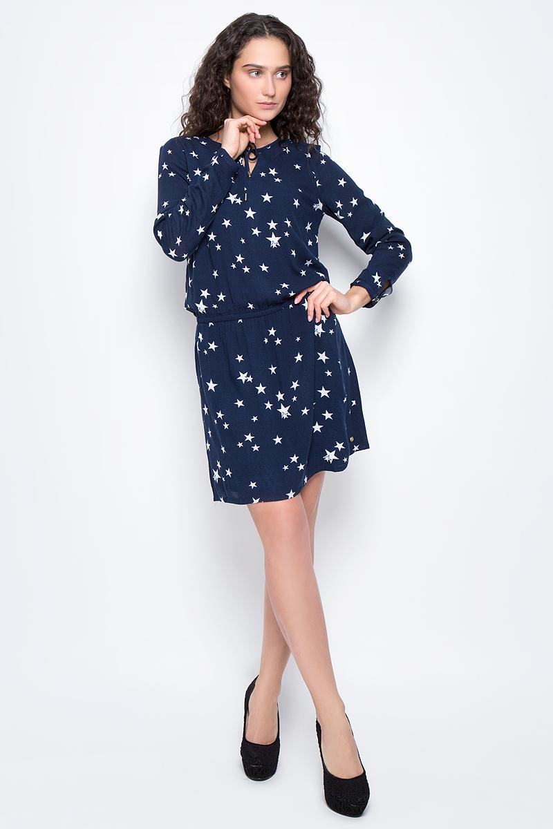 Платье5019659.00.71_6593Платье Tom Tailor выполнено из вискозы с подкладкой из полиэстера. Модель с круглой горловиной завязывается на прочные шнурки. На заниженной талии ткань собрана на внутреннюю резинку. Манжеты рукавов застегиваются на пуговицы.