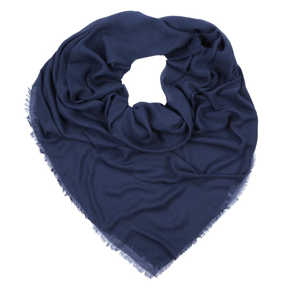 F1631-1Изысканный женский платок выполнен из натурального шелка, который придает изделию неповторимый роскошный блеск и гладкость фактуры. Тонкая и прочная нить, создающая струящуюся ткать, подчеркнет изысканный вкус своей обладательницы.