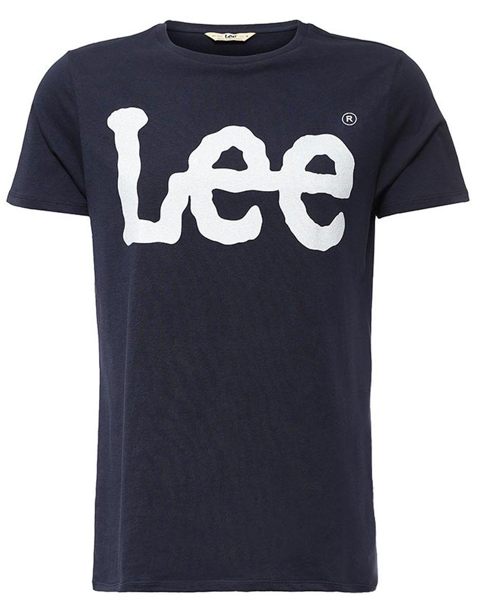L64CAI35Мужская футболка Lee Logo изготовлена из натурального хлопка. Модель выполнена с круглой горловиной и короткими рукавами. Спереди футболка декорирована оригинальным принтом с названием бренда.