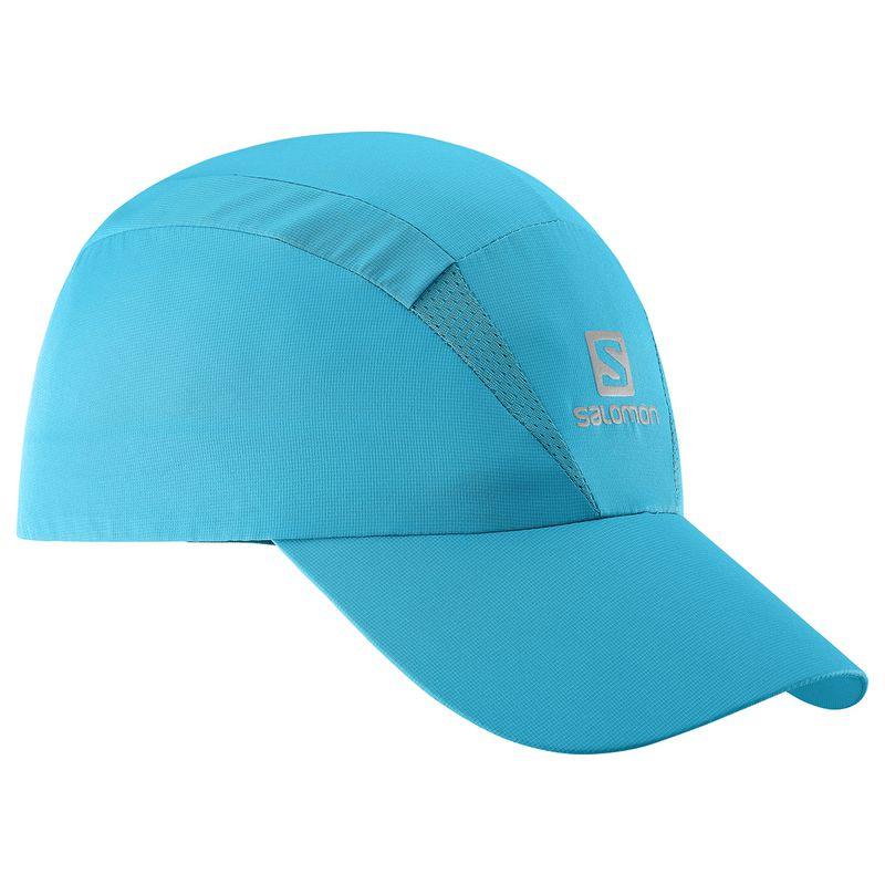 КепкаL39403000Новый лаконичный силуэт, низкий вес и хорошая вентиляция: кепка XA Cap быстро сохнет, сохраняя чувство свежести и комфорта при беге. Дополнительная вентиляция в верхней части для самой жаркой погоды