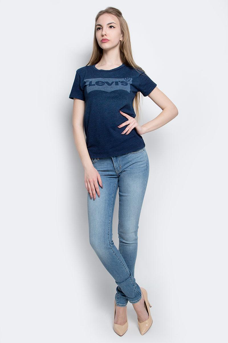 Футболка1736902490Футболка Levis выполнена из хлопка, стилизованного под джинсу. Модель с круглым вырезом горловины и коротким рукавом оформлена принтом с изображением логотипа бренда.