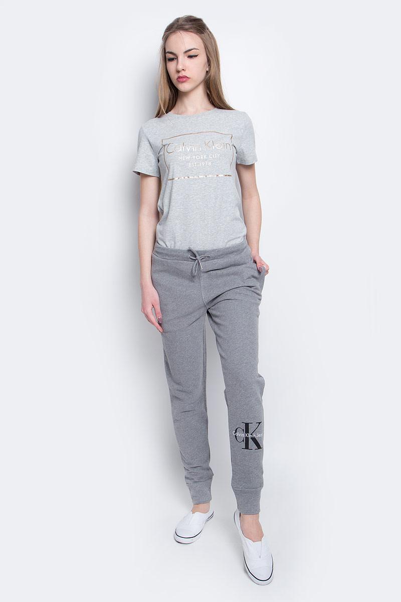 Брюки спортивныеJ20J204812_9650Брюки спортивные Calvin Klein Jeans выполнены из натурального хлопка. Модель со стандартной посадкой оформлена принтом с изображением логотипа бренда. Утепленные спортивные брюки имеют эластичную резинку с завязками на поясе и втачные карманы на застежках-молниях.