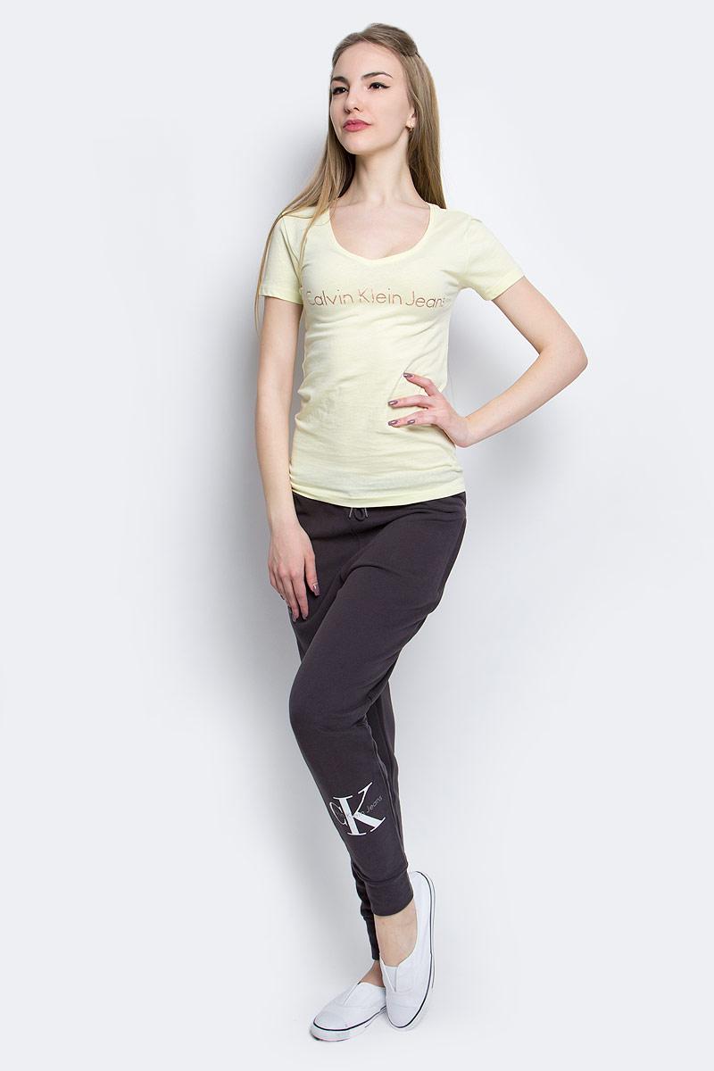 ФутболкаJ20J204820_7940Женская футболка Calvin Klein Jeans изготовлена из высококачественного натурального хлопка. Модель с короткими рукавами и V-образным вырезом горловины украшена блестящим принтом с логотипом бренда.