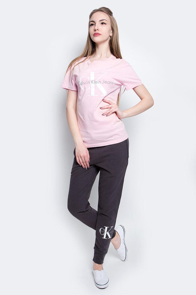 ФутболкаJ20J204696_6900Футболка Calvin Klein Jeans выполнена из натурального хлопка и оформлена принтом с изображением логотипа бренда. Модель с круглым вырезом горловины и коротким рукавом выполнена в свободном покрое.