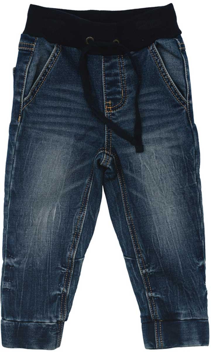 Джинсы177054Удобные джинсы ткани с эффектом потертости смогут быть одной из базовых вещей в гардеробе вашего ребенка. Модель на широкой резинке, низ штанин на мягких манжетах. Свободный крой не сковывает движений ребенка. Модель дополнена регулируемым шнуром - кулиской на поясе.