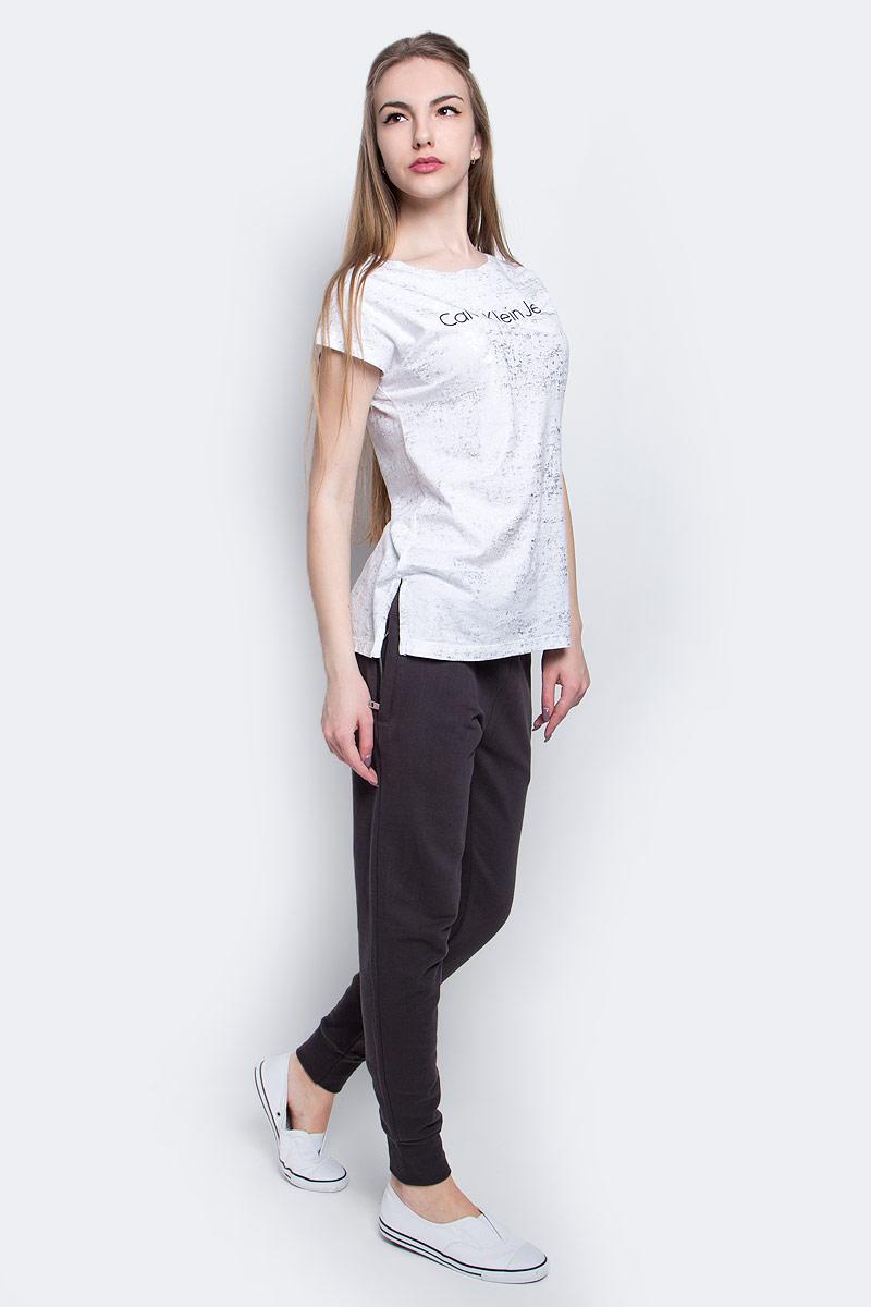 ФутболкаJ20J204857_1120Женская футболка Calvin Klein Jeans выполнена из натурального хлопка. Модель с круглым вырезом горловины и короткими рукавами оформлена надписью с логотипом бренда.