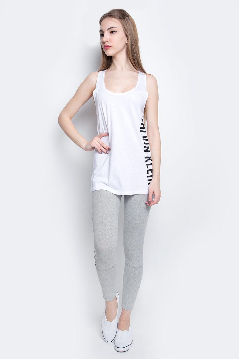KW0KW00105_100Стильная майка Calvin Klein Underwear выполнена из сочетания натурального хлопка и модала. Модель со спинкой-борцовка и круглым вырезом горловины оформлена принтом в виде надписи логотипа бренда.