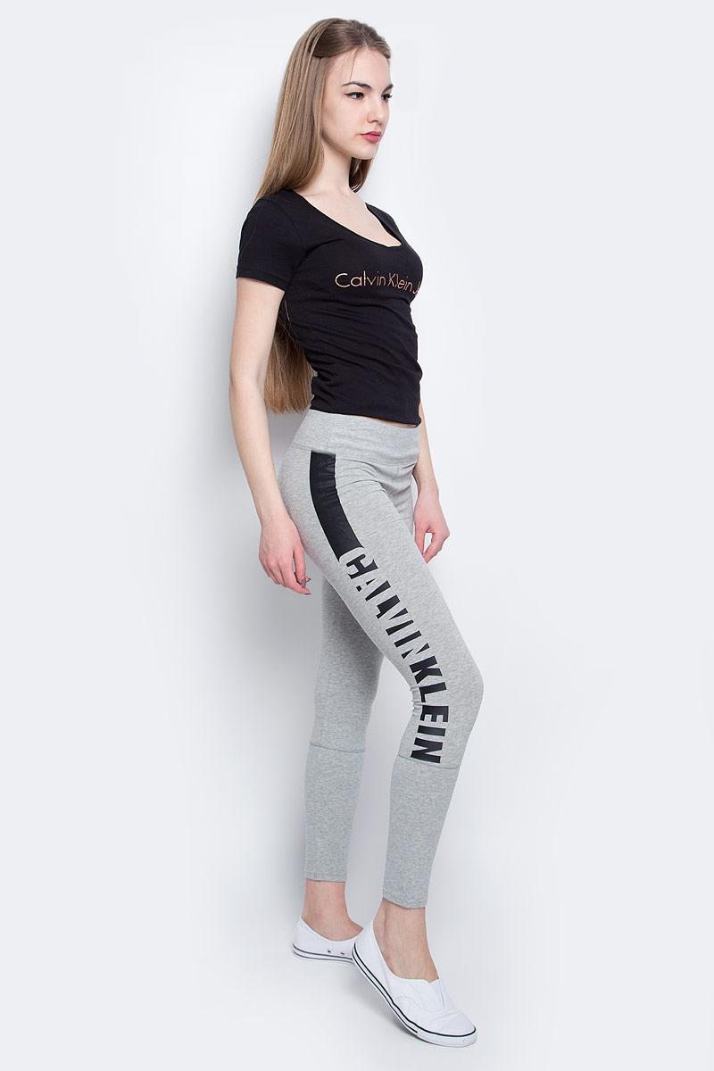ЛеггинсыQS5548E_020Леггинсы Calvin Klein Underwear выполнены из хлопка с добавлением эластана, который обладает свойством эластичности. Модель оформлена принтом с названием бренда. Обтягивающие леггинсы дополнены эластичной резинкой на талии.