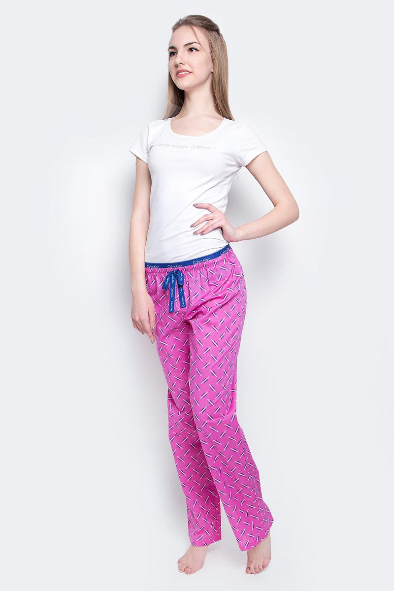 QS1682E_IN1Пижамные брюки Calvin Klein Underwear, выполнены из натурального хлопка, оформлены оригинальным принтом и декоративными завязками. Модель свободного кроя оснащена эластичной резинкой на поясе, оформленной надписями с названием бренда.