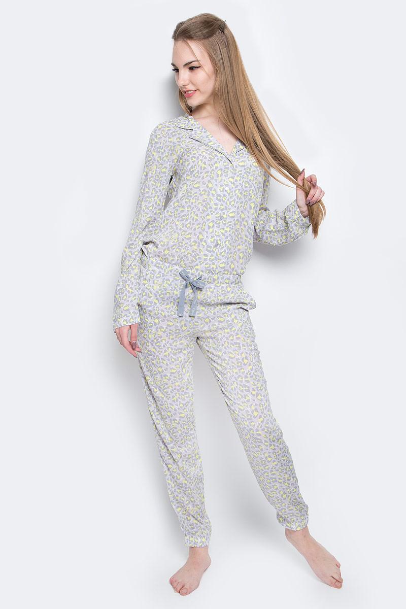 Брюки для домаQS5418E_DY8Домашние женские брюки Calvin Klein Underwear выполнены из натуральной вискозы. Модель имеет широкую эластичную резинку на поясе, объем талии регулируется при помощи шнурка-кулиски. Брюки дополнены двумя открытыми втачными карманами спереди. Брючины оснащены широкими эластичными резинками по низу. Изделие оформлено принтом в виде множества контрастных пятен.
