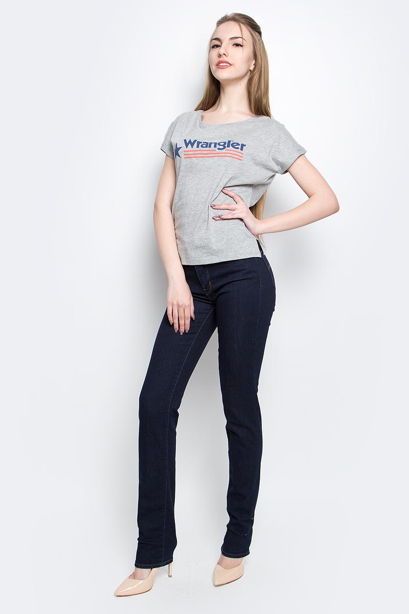 ФутболкаW7331GG12Стильная женская футболка Wrangler Relaxed изготовлена из сочетания хлопка и полиэстера. Модель с круглым вырезом горловины и короткими цельнокроеными рукавами оформлена принтом с надписью бренда. По бокам футболка дополнена небольшими разрезами.
