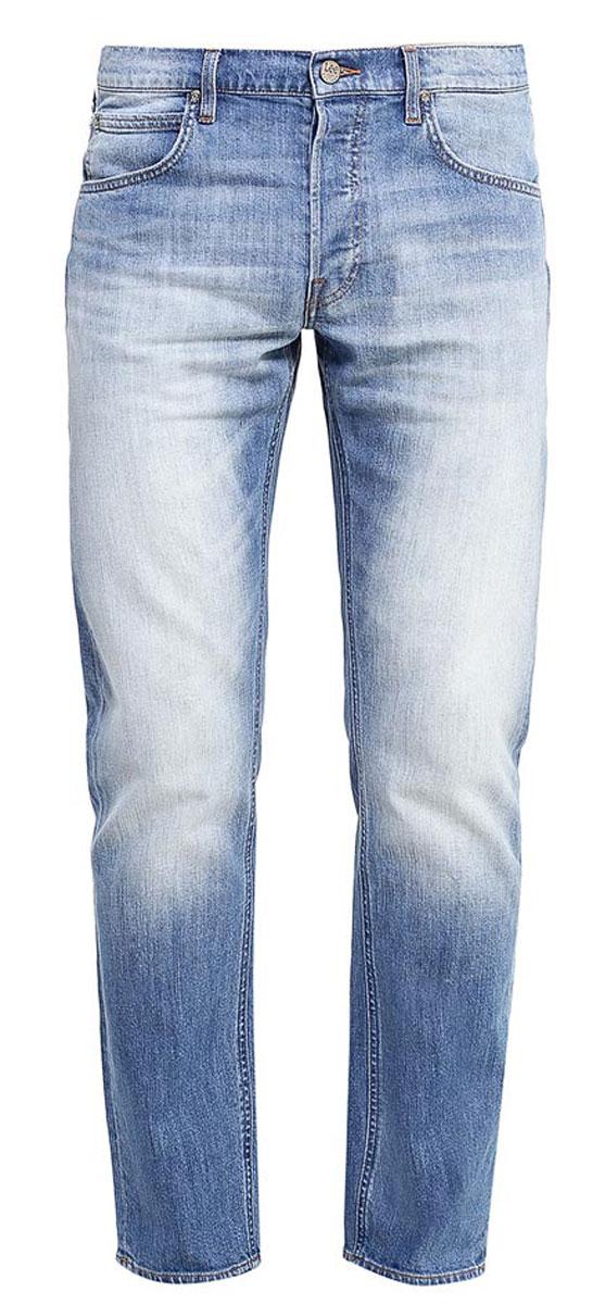 L706CDJXМужские джинсы Lee Daren выполнены из высококачественного эластичного хлопка. Прямые джинсы стандартной посадки застегиваются на пуговицу в поясе и ширинку на пуговицах, дополнены шлевками для ремня. Джинсы имеют классический пятикарманный крой: спереди модель дополнена двумя втачными карманами и одним маленьким накладным кармашком, а сзади - двумя накладными карманами. Джинсы украшены декоративными потертостями.