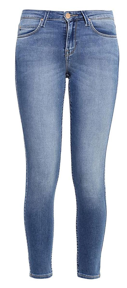 L529AYNCЖенские джинсы Lee Jodee выполнены из высококачественного эластичного хлопка с добавлением полиэстера. Джинсы-скинни стандартной посадки застегиваются на пуговицу в поясе и ширинку на застежке-молнии, дополнены шлевками для ремня. Джинсы имеют классический пятикарманный крой: спереди модель дополнена двумя втачными карманами и одним маленьким накладным кармашком, а сзади - двумя накладными карманами. Джинсы украшены декоративными потертостями.