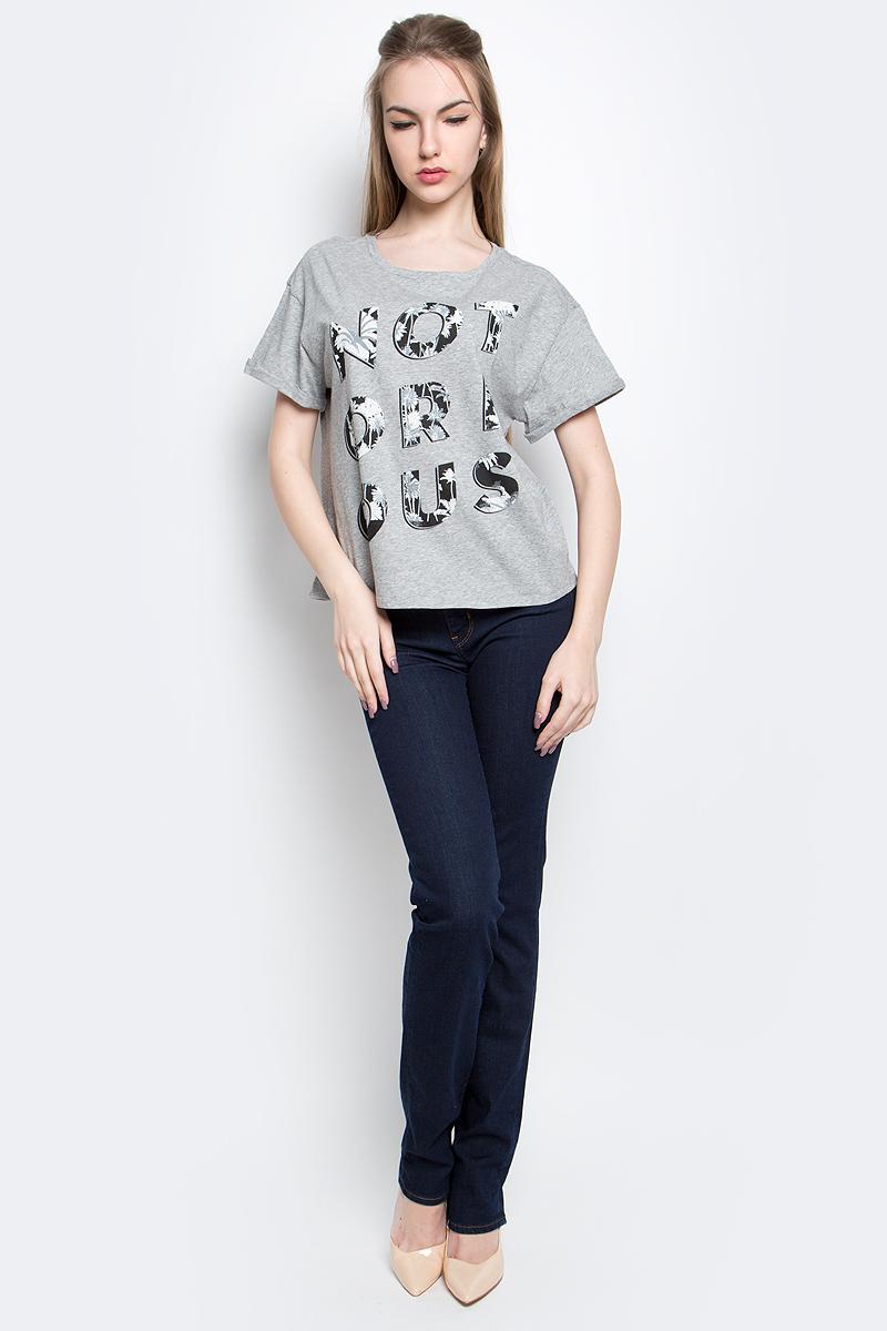 ФутболкаL42VEV38Женская футболка Lee Notorious изготовлена из натурального хлопка. Модель свободного кроя выполнена с круглой горловиной и короткими рукавами. Спереди футболка декорирована оригинальным принтом.