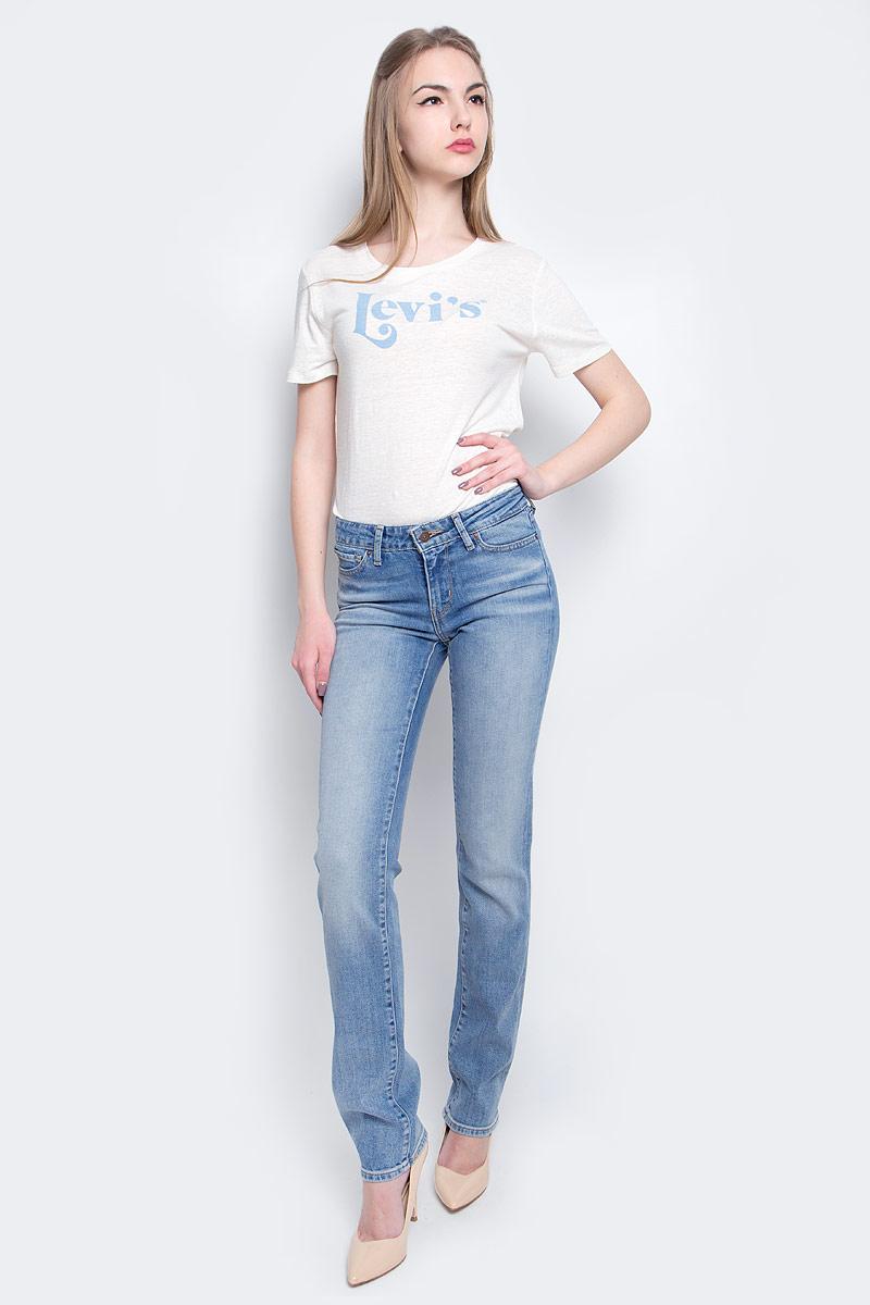 Джинсы2183400380Женские джинсы Levis® 714 выполнены из высококачественного эластичного хлопка. Джинсы прямого кроя и стандартной посадки застегиваются на пуговицу в поясе и ширинку на застежке-молнии, дополнены шлевками для ремня. Джинсы имеют классический пятикарманный крой: спереди модель дополнена двумя втачными карманами и одним маленьким накладным кармашком, а сзади - двумя накладными карманами. Модель украшена декоративными потертостями и перманентными складками, а также декоративной контрастной отстрочкой.