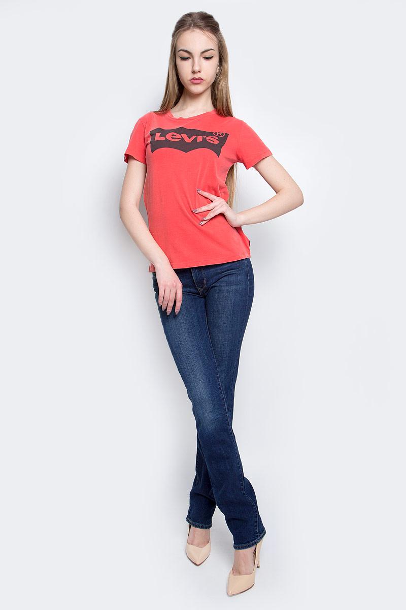 Футболка1736902510Женская футболка Levis® изготовлена из высококачественного натурального хлопка. Модель с короткими рукавами и круглым вырезом горловины украшена крупным принтом с логотипом бренда Levis®.