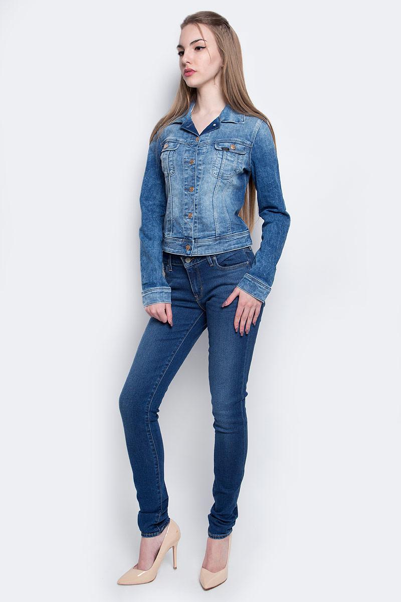 КурткаL541PFOIЖенская джинсовая куртка Lee c длинными рукавами и отложным воротником выполнена из эластичного хлопка с добавлением вискозы. Укороченная модель застегивается на пуговицы спереди. Изделие имеет два накладных нагрудных кармана с клапанами на пуговицах спереди. Манжеты рукавов застегиваются на пуговицы. Модель оформлена декоративными потертостями.