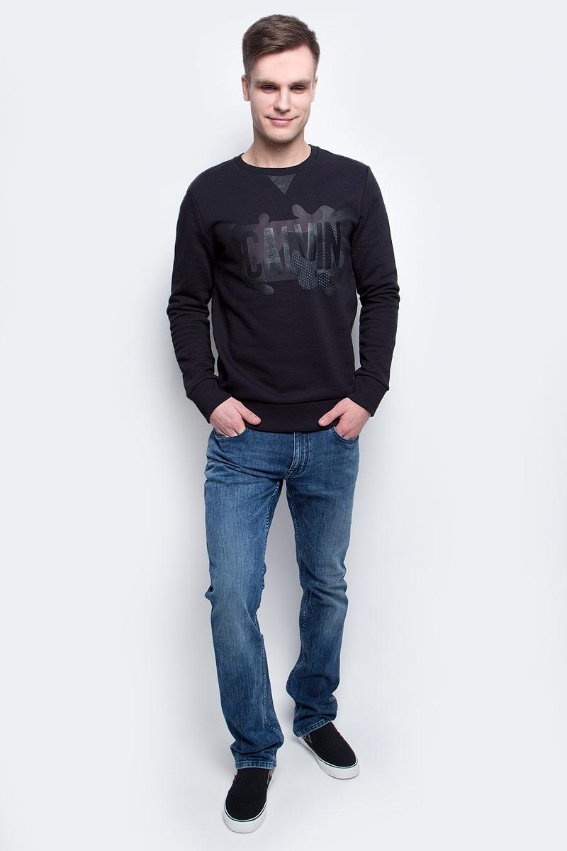J30J305057_0990Толстовка мужская Calvin Klein Jeans изготовлена из натурального хлопка. Модель выполнена с круглым вырезом и длинными рукавами. Спереди толстовка декорирована оригинальным термопринтом с вставками из искусственной кожи. Низ изделия, горловина и рукава дополнены эластичными манжетами.