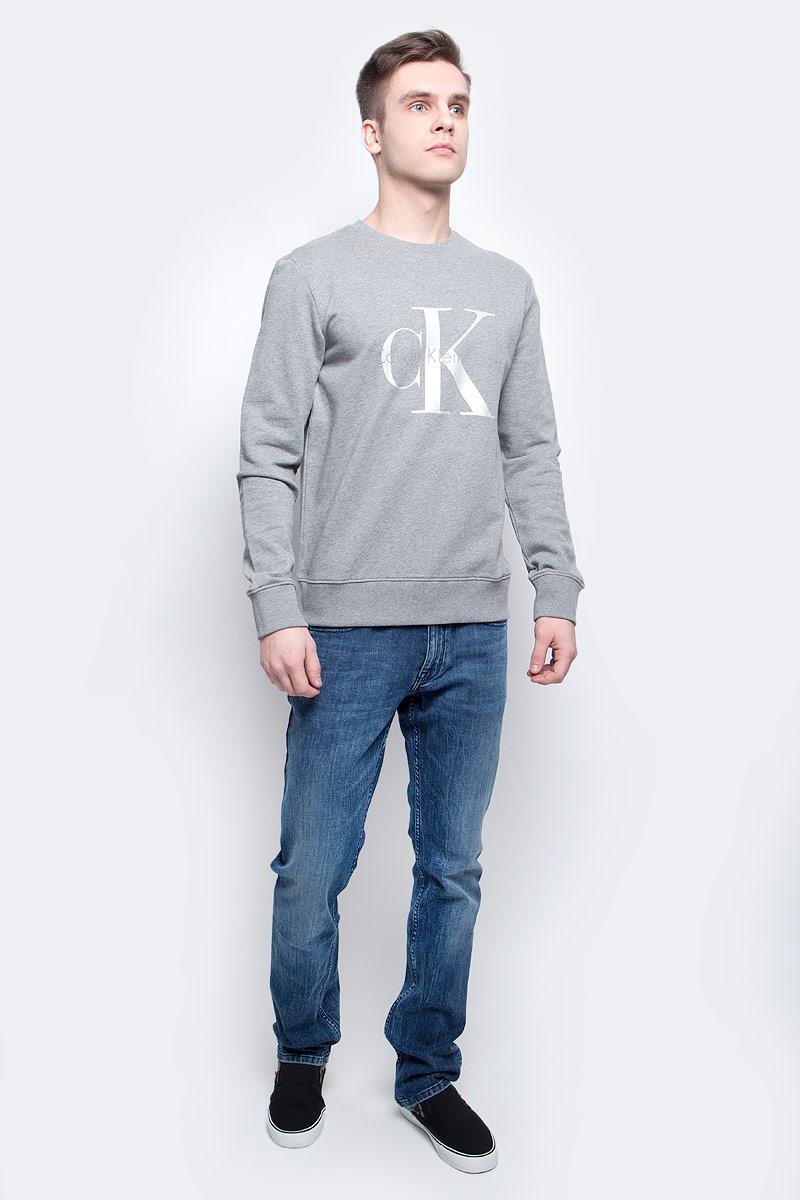J30J304958_0380Толстовка мужская Calvin Klein Jeans изготовлена из натурального хлопка. Модель выполнена с круглым вырезом и длинными рукавами. Спереди толстовка декорирована оригинальным принтом с названием бренда. Низ изделия, горловина и рукава дополнены эластичными манжетами.