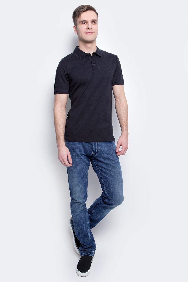 ДжинсыJ30J304296_9114Мужские джинсы Calvin Klein Jeans изготовлены из натурального хлопка с добавлением эластана. Джинсы средней посадки застегиваются на пуговицу в поясе и ширинку на застежке-молнии. На поясе имеются шлевки для ремня. Спереди модель дополнена двумя втачными карманами и одним небольшим накладным кармашком, а сзади - двумя накладными карманами. Модель оформлена эффектом легкой потертости.