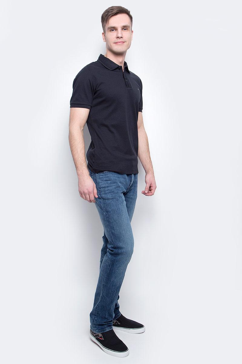 ПолоJ30J300637_0990Мужское поло Calvin Klein Jeans изготовлено из натурального хлопка. Классическая модель с короткими рукавами и отложным воротником застегивается спереди на три пуговицы. Манжеты рукавов, край воротника и планка для пуговиц дополнены трикотажными резинками.