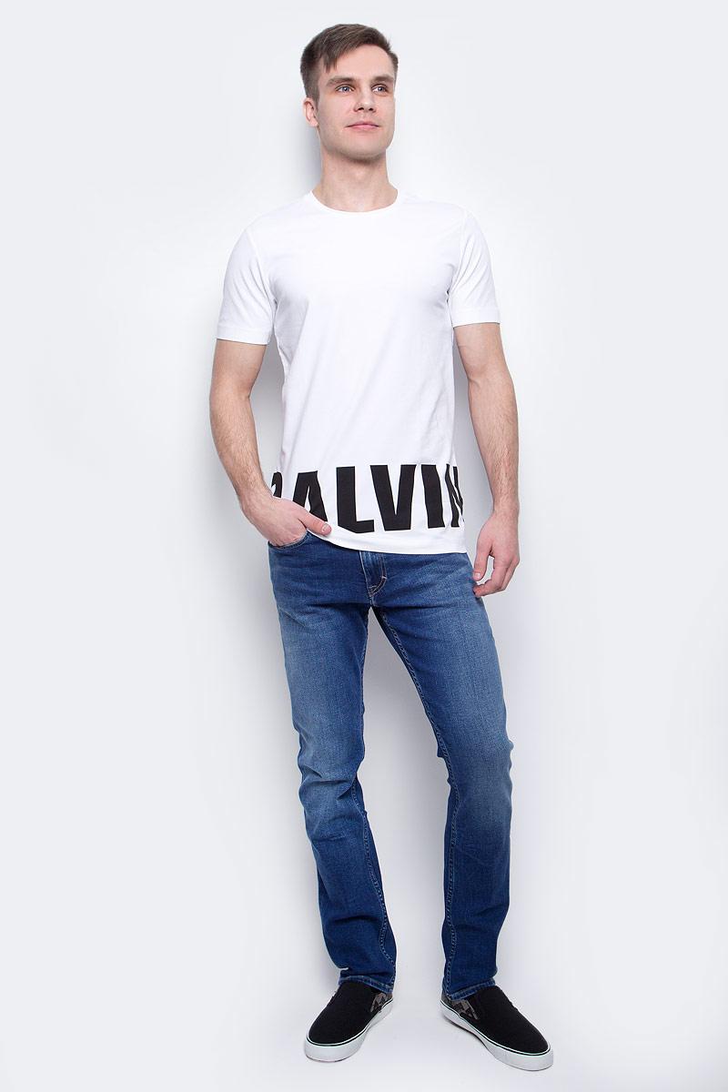 ФутболкаJ30J304582_1120Мужская футболка Calvin Klein Jeans изготовлена из хлопка с добавлением эластана. Модель с круглой горловиной и короткими рукавами. По низу футболка декорирована надписью с названием бренда.