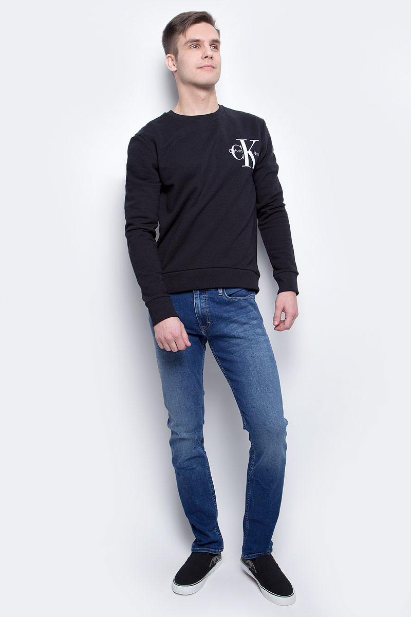 ДжинсыJ30J301409_9123Мужские джинсы Calvin Klein Jeans изготовлены из хлопка с добавлением полиэстера и эластана. Джинсы средней посадки застегиваются на пуговицу в поясе и ширинку на застежке-молнии. На поясе имеются шлевки для ремня. Спереди модель дополнена двумя втачными карманами и одним небольшим накладным кармашком, а сзади - двумя накладными карманами. Модель оформлена эффектом легкой потертости.