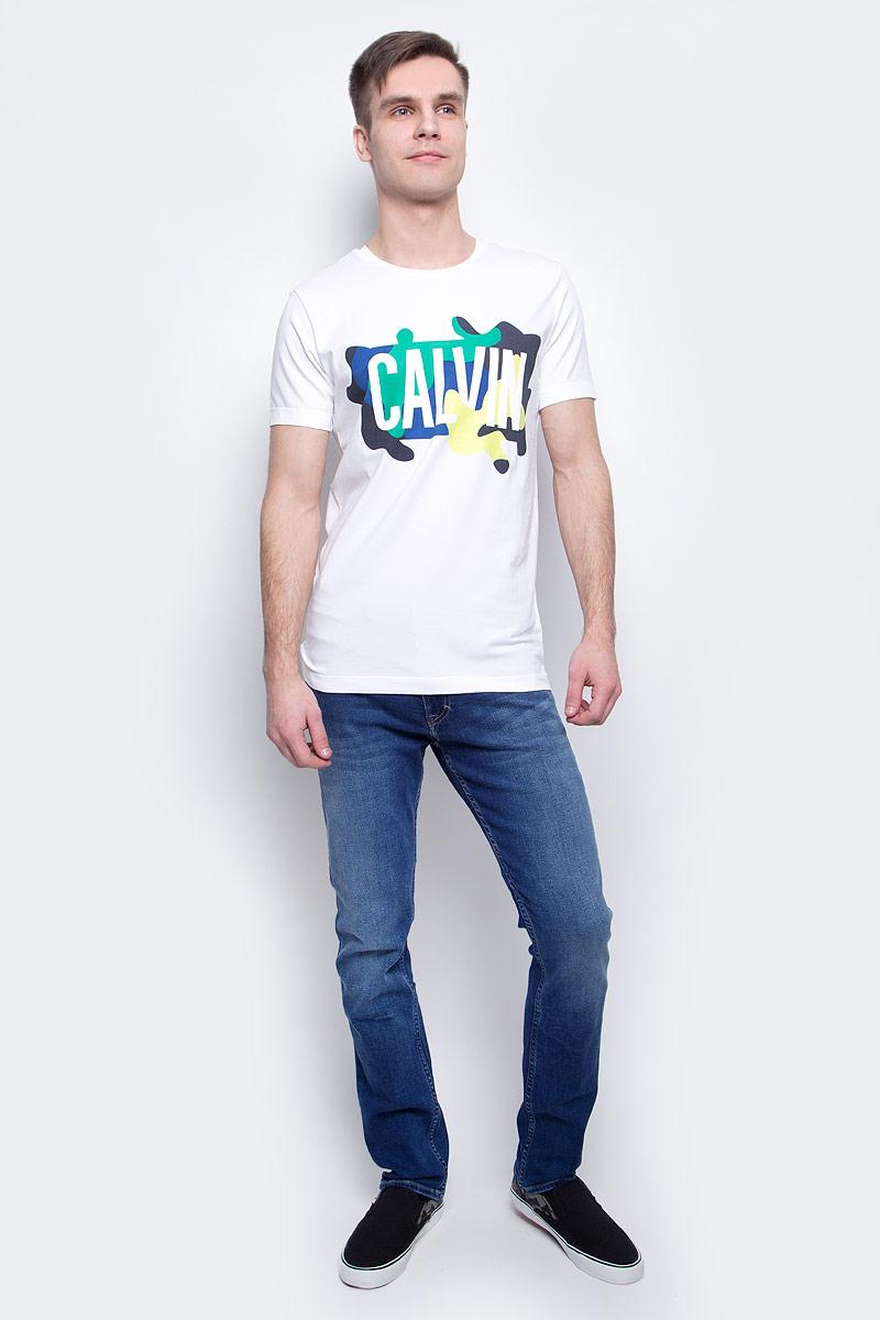 ФутболкаJ30J304583_1120Мужская футболка Calvin Klein Jeans изготовлена из натурального хлопка с добавлением эластана. Модель с круглой горловиной и короткими рукавами. Спереди футболка декорирована оригинальным принтом.