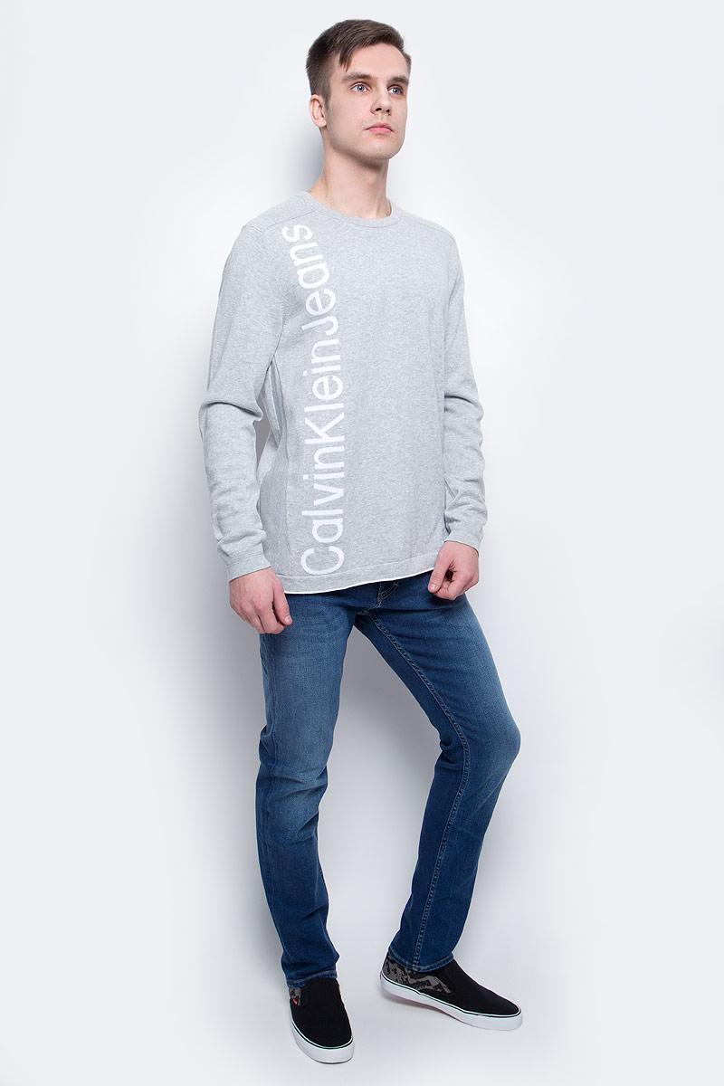 J3EJ303378_0380Джемпер мужской Calvin Klein Jeans выполнен из натурального хлопка. Модель с круглым вырезом и длинными рукавами декорирована принтом с названием бренда. Горловина и манжеты рукавов дополнены трикотажной резинкой, по бокам и на плечах имеются трикотажные вставки.