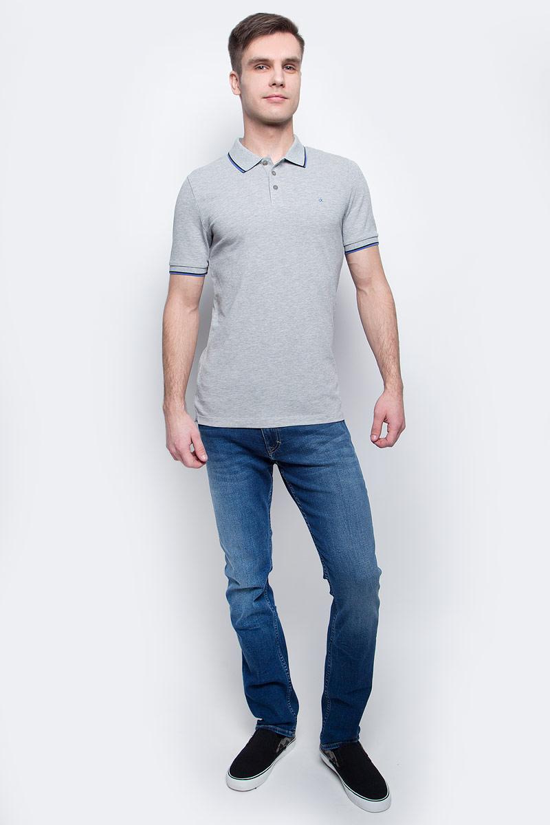 ПолоJ30J304682_0380Мужское поло Calvin Klein Jeans изготовлено из хлопка с добавлением эластана. Классическая модель с короткими рукавами и отложным воротником застегивается спереди на три пуговицы. По бокам имеются трикотажные вставки, спинка слегка удлинена. Воротник, манжеты рукавов и вставки отделаны полосками контрастного цвета.