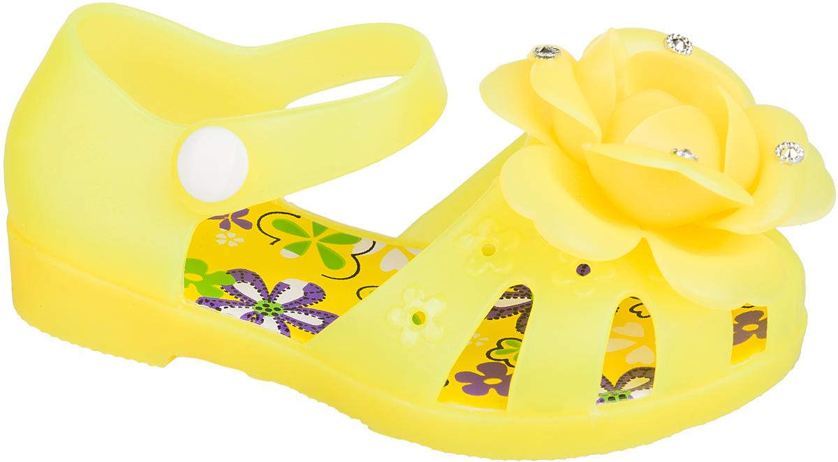 Шлепанцы101381Удобные кроксы Mursu в виде босоножек незаменимы для пляжного сезона. Легкая модель полностью выполнена из качественного ПВХ. Ремешок с пластиковой кнопкой прочно закрепит модель на ножке. Носочная часть декорирована оригинальным цветком со стразами. Подошва оснащена рифлением для лучшего сцепления с различными поверхностями.
