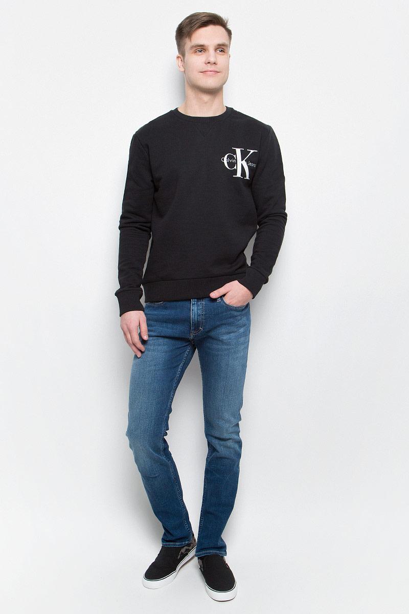 ТолстовкаJ30J304675_0990Толстовка мужская Calvin Klein Jeans выполнена из натурального хлопка с добавлением эластана. Модель с круглым вырезом и длинными рукавами декорирована принтом с названием бренда. Низ, горловина и рукава изделия дополнены трикотажной резинкой.