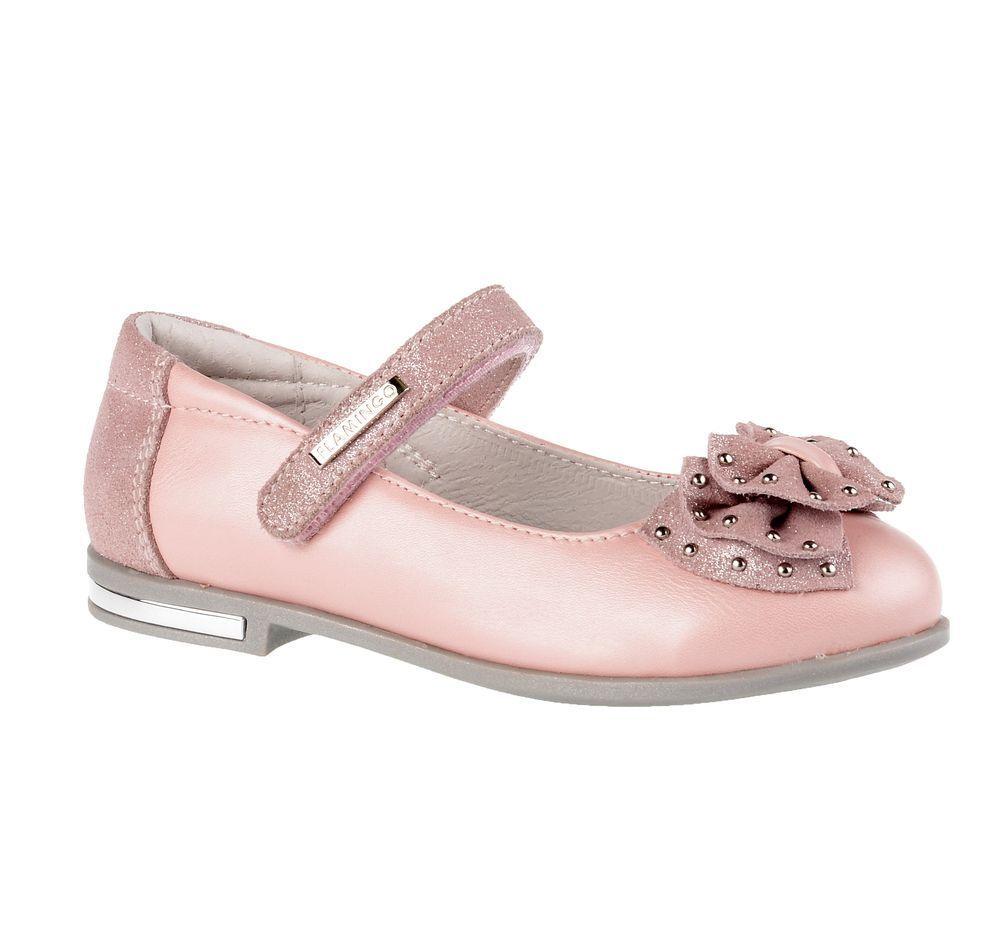 Туфли71T-XY-0095Модные туфли для девочки от Flamingo выполнены из искусственной и натуральной кожи. Мыс модели оформлен декоративным бантиком, украшенным металлическими элементами. Ремешок с застежкой-липучкой надежно зафиксирует модель на ноге. Внутренняя поверхность и стелька из натуральной кожи обеспечат комфорт при движении. Стелька дополнена супинатором, который предотвращает плоскостопие. Подошва и невысокий каблук дополнены рифлением.