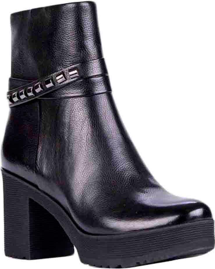 Полусапоги74260Модные женские полусапоги от Vitacci выполнены из качественной натуральной кожи. Модель с внутренней стороны застегивается на молнию, благодаря чему, обувь легко снимать и надевать. Подкладка и стелька из ворсина обеспечат комфорт при носке. Высокий каблук невероятно устойчив. Подошва и каблук дополнены рифлением.